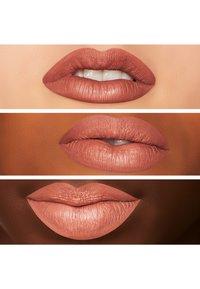 MAC - RETRO MATTE LIQUID LIPCOLOUR - Vloeibare lippenstift - burnt spice - 2