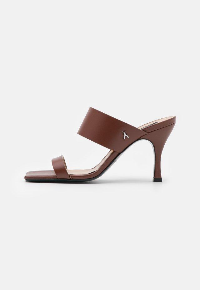 Pantofle na podpatku - savage brown