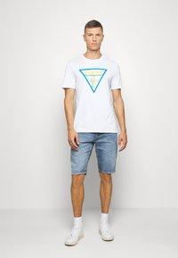 TOM TAILOR - JEANSHOSEN JOSH REGULAR SLIM JEANS-SHORTS IN VINTAGE-WASHUNG - Denim shorts - light stone wash denim        blue - 1