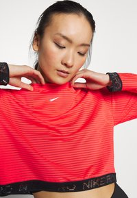 Nike Performance - Funktionsshirt - laser crimson/black/metallic silver - 3