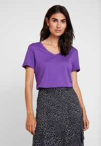 Cream - NAIA - Basic T-shirt - amaranth purple - 0