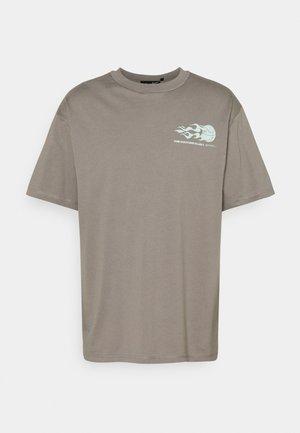 COUTURE WORLDWIDE VARSITY GRAPHIC  - Print T-shirt - grey