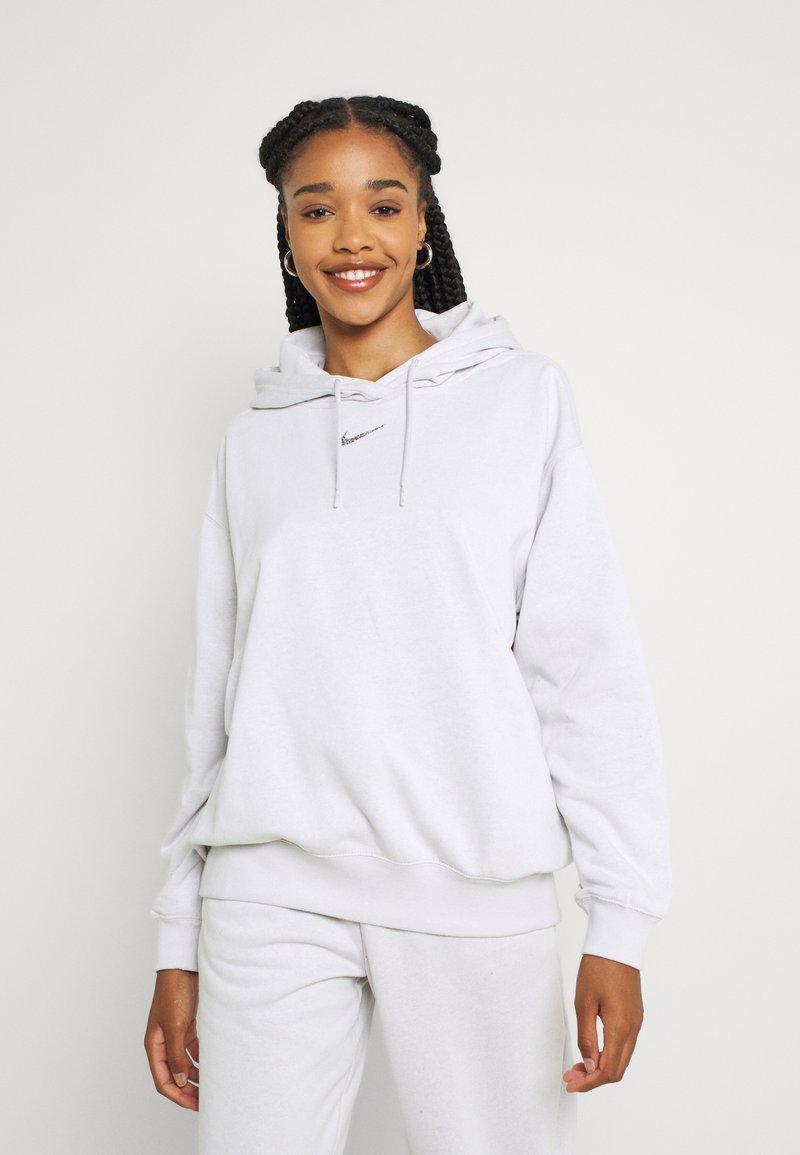 Nike Sportswear - HOODIE - Sudadera - platinum tint/white