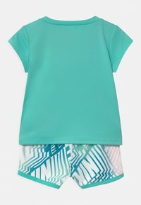 Nike Sportswear - LASER BLOCKSPRINTER SET - Triko spotiskem - tropical twist - 1
