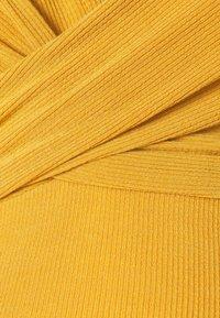 MAMALICIOUS - MLKOLETTE TESS - Žerzejové šaty - amber gold - 2