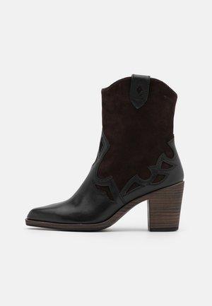 BOOTS - Cowboystøvletter - black/mocca