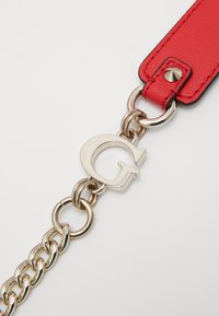 Guess - CHAIN CONVERTIBLE XBODY FLAP - Bandolera - red - 5