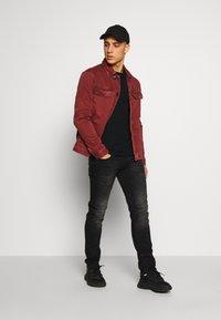 New Look - UTLITY  - Kurtka jeansowa - dark burgundy - 1