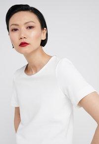 HUGO - DOANA - T-shirts med print - natural - 4