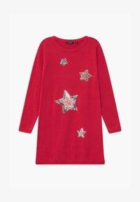 Blue Seven - KIDS SEQUIN STARS - Gebreide jurk - hochrot - 0