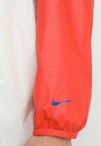 Nike SB - ANORAK PACK HOOD - Windbreaker - vintage coral/light bone/hyper royal - 4