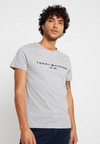 Tommy Hilfiger - LOGO TEE - Print T-shirt - grey - 0