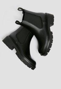 PULL&BEAR - Kotníkové boty na platformě - black - 2