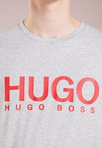 HUGO - DOLIVE - T-shirt con stampa - open grey - 4