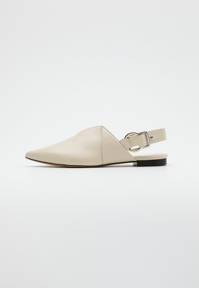 DEANNA  FOLDED POINTY FLAT - Mocasines - bone