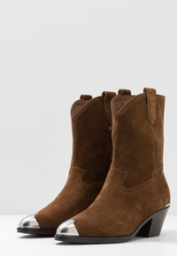 Ash - FAMOUS - Cowboy/biker ankle boot - baby soft russet - 4