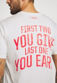Under Armour - PROJECT ROCK - Camiseta estampada - summit white/versa red - 6