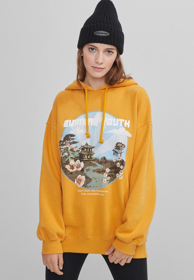 MIT PRINT  - Hoodie - mustard yellow