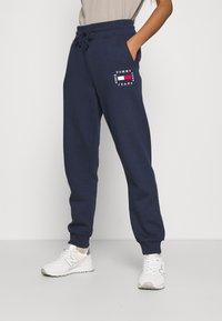 Tommy Jeans - BOX FLAG PANT - Spodnie treningowe - twilight navy - 0