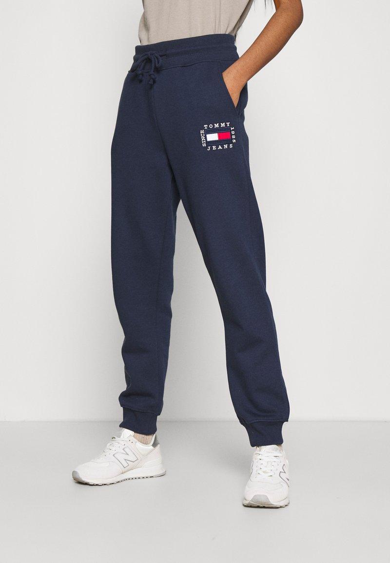 Tommy Jeans - BOX FLAG PANT - Spodnie treningowe - twilight navy