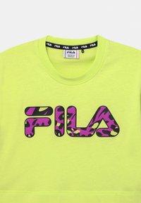 Fila - PALOMA CROPPED WIDE - Print T-shirt - neon green - 2