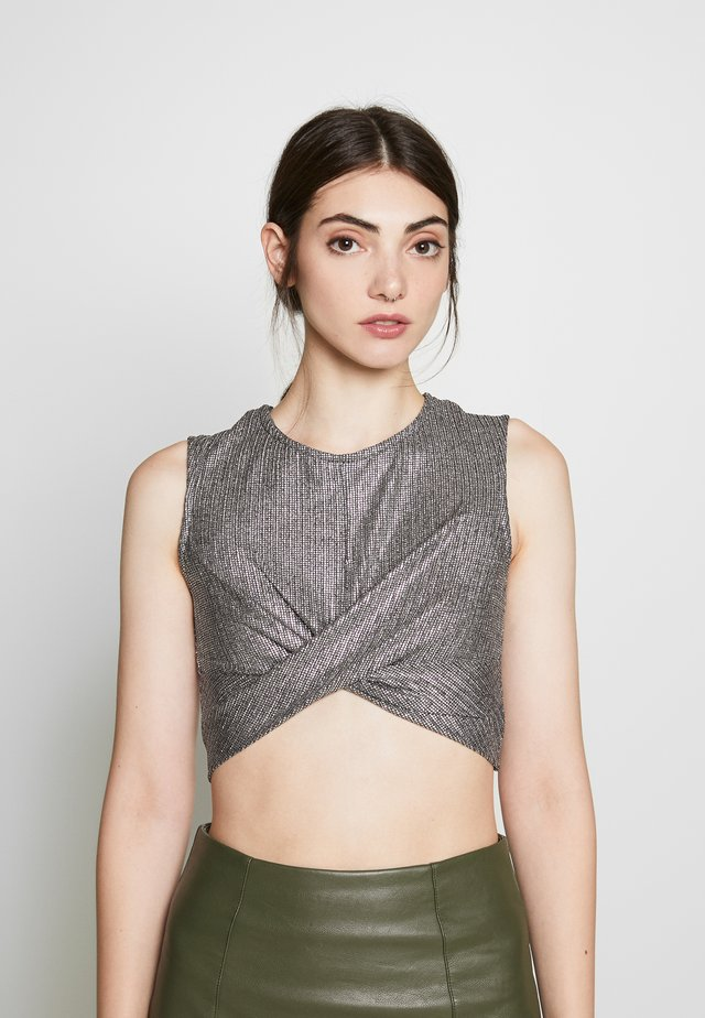 TEXTURED SPARKLE TWIST FRONT CROP - Top - silver