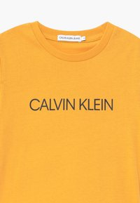 Calvin Klein Jeans - INSTITUTIONAL - T-shirt print - yellow