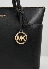 MICHAEL Michael Kors - JET SET - Håndtasker - black - 6