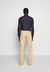 PS Paul Smith - MENS MID FIT STITCHED CHINO - Chinos - camel - 2
