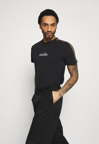 Ellesse - CARCANO - T-shirt z nadrukiem - black - 3