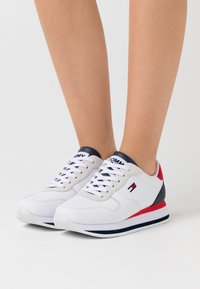 Tommy Jeans - FLATFORM ESSENTIAL RUNNER - Sneakers basse - red/white/blue - 0