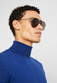 Burberry - Okulary przeciwsłoneczne - gold-coloured/matte black - 1