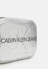 Calvin Klein Jeans - SCULPTED CAMERA BAG - Skulderveske - silver - 3