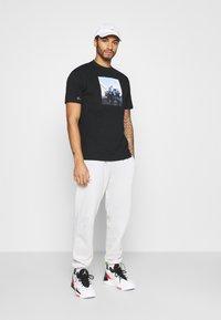 Chi Modu - EAZY - Print T-shirt - black - 1