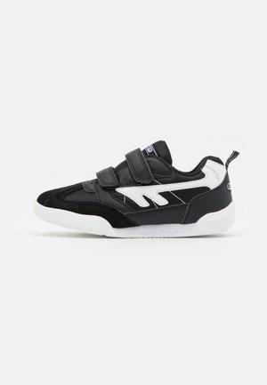SQUASH JR UNISEX - Sportovní boty - black/white