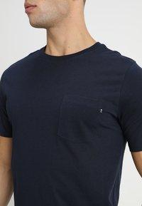 Jack & Jones - JJEPOCKET TEE SS O-NECK - Basic T-shirt - navy blazer - 3
