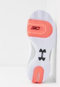 Under Armour - SC 3ZER0 III - Basketbalové boty - white/mod gray - 4