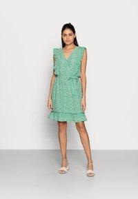 Esqualo - DRESS RUFFLES FIELD FLOWER - Hverdagskjoler - green - 0