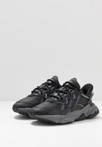adidas Originals - OZWEEGO - Sneakers - core black/grey four/onix - 2