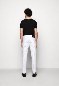 Just Cavalli - PANTALONE - Džíny Slim Fit - optical white - 3