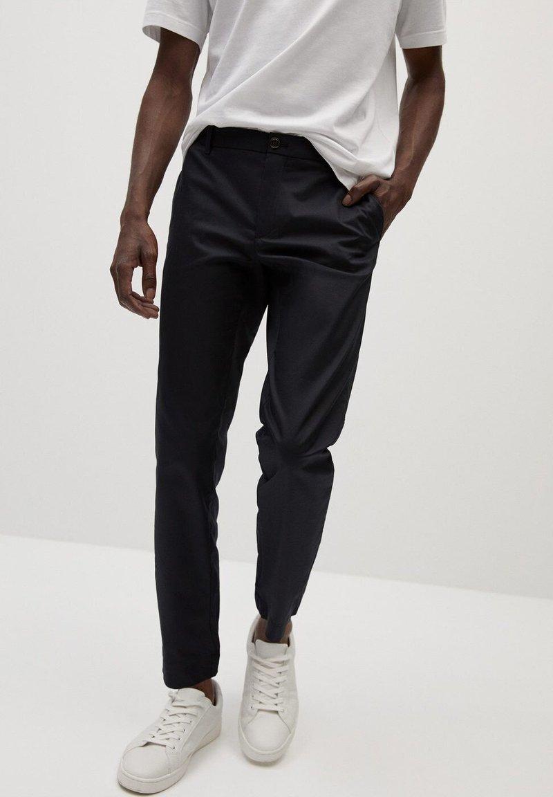 Mango - IN CROPPED LÄNGE - Trousers - schwarz