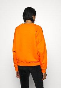 Karl Kani - SMALL SIGNATURE CREW - Sweatshirt - orange - 2