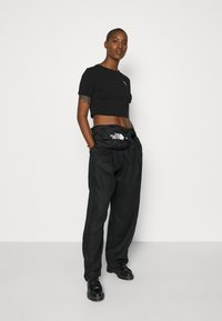 The North Face - CROP TEE - T-shirt con stampa - black - 4