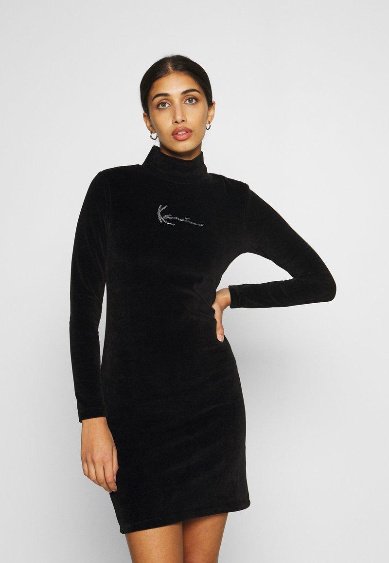 Karl Kani - SMALL SIGNATURE RHINESTONE TURTLEDRESS - Pouzdrové šaty - black