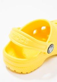 Crocs - CLASSIC UNISEX - Pool slides - lemon - 5