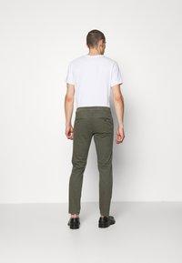 DRYKORN - MAD - Pantaloni - mottled olive - 2