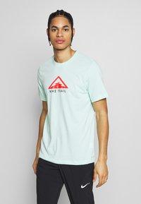 Nike Performance - DRY TEE TRAIL - Camiseta estampada - mint foam - 0