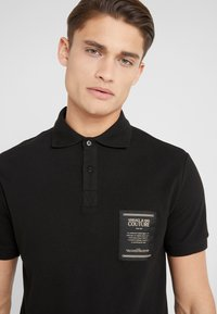 Versace Jeans Couture - LABEL POLO - Koszulka polo - black - 3
