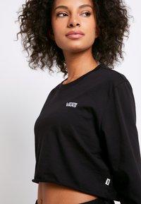 Vans - JUNIOR V CROP - Langærmede T-shirts - black-white - 5