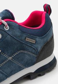 CMP - ALCOR LOW TREKKING SHOE WP - Hiking shoes - asphalt/fragola - 5